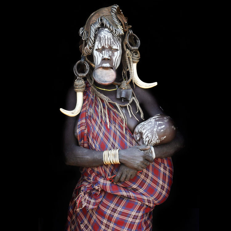 12-image (Mursi mother with her child, Ethiopia)