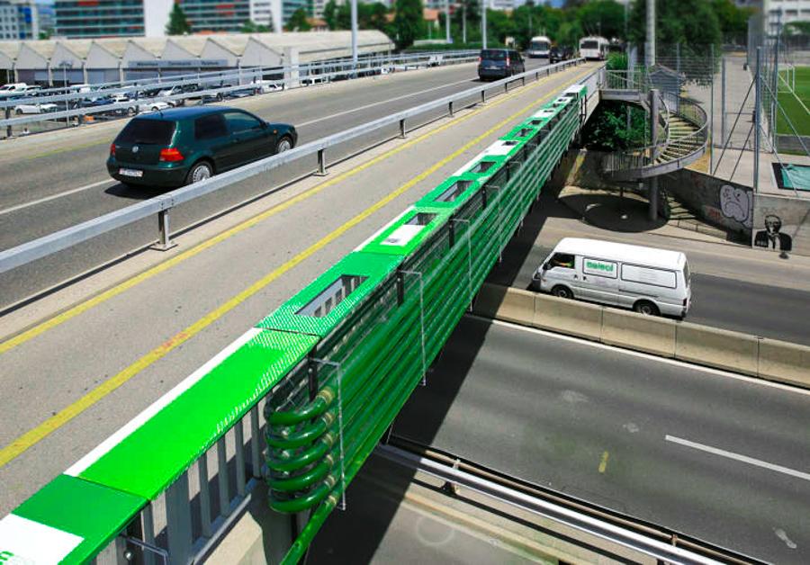 2_Algae eats highway pollution