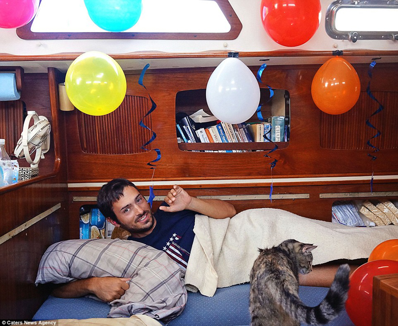 10_Couple Sails around world with their cat