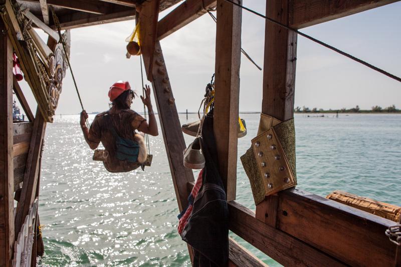 10_Dumpster Diving Artists floating sculptures