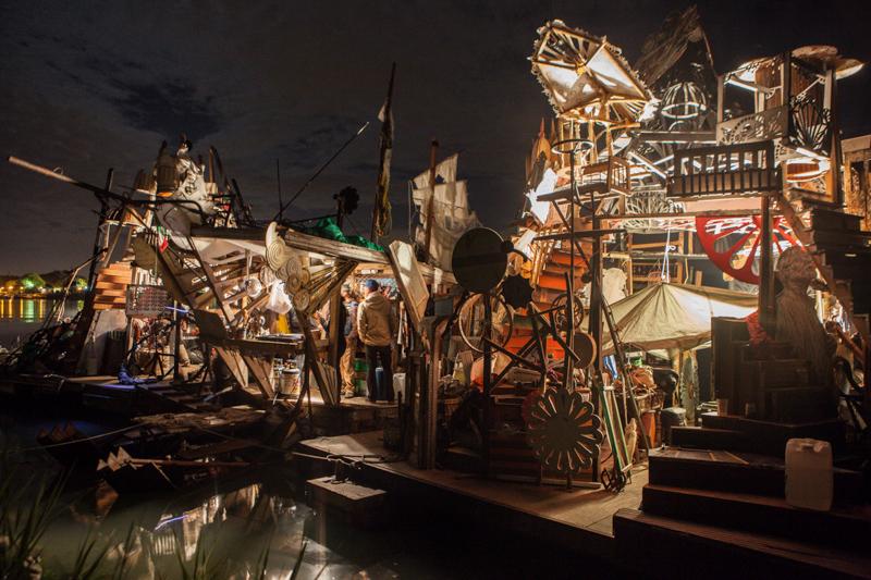 17_Dumpster Diving Artists floating sculptures