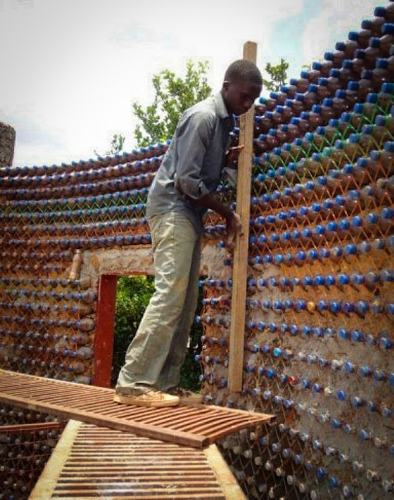 3_House made of plastic bottles