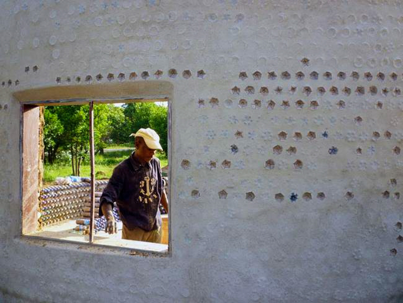 4_House made of plastic bottles