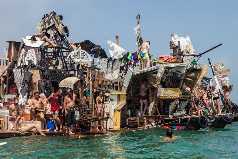 8_Dumpster Diving Artists floating sculptures
