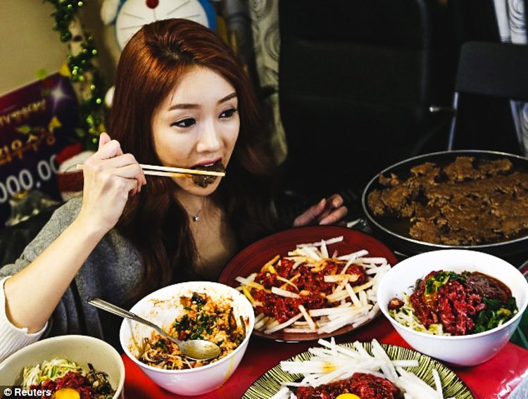 2_Korean woman eating live online