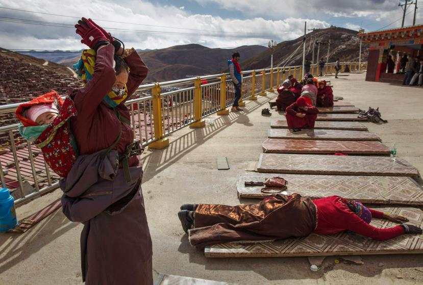 3_Tibetan-Buddhists-Treeless-valley