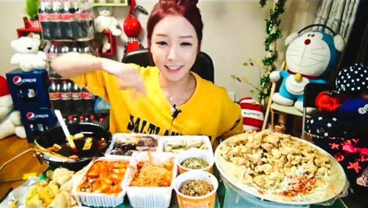 4_Korean woman eating live online
