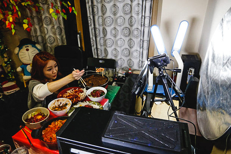 5_Korean woman eating live online