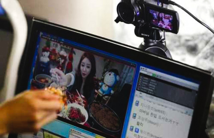6_Korean woman eating live online