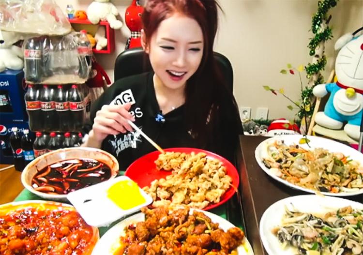 7_Korean woman eating live online