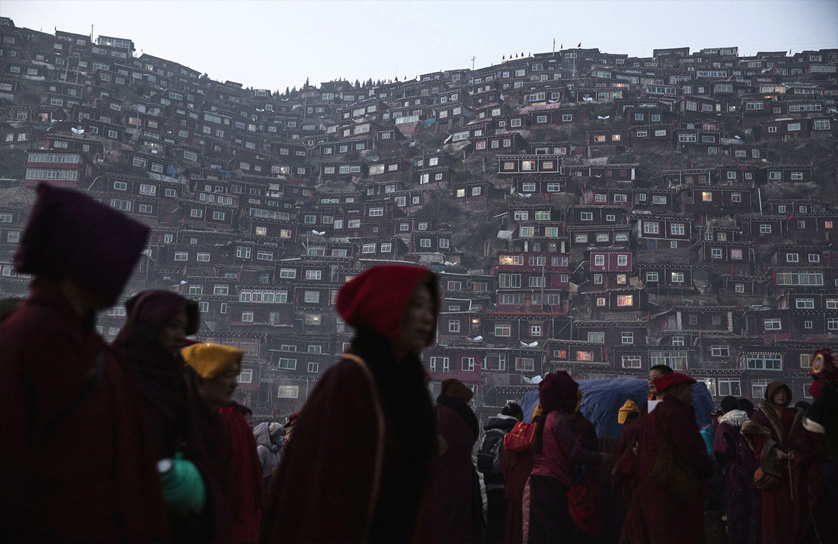 9_Tibetan-Buddhists-Treeless-valley