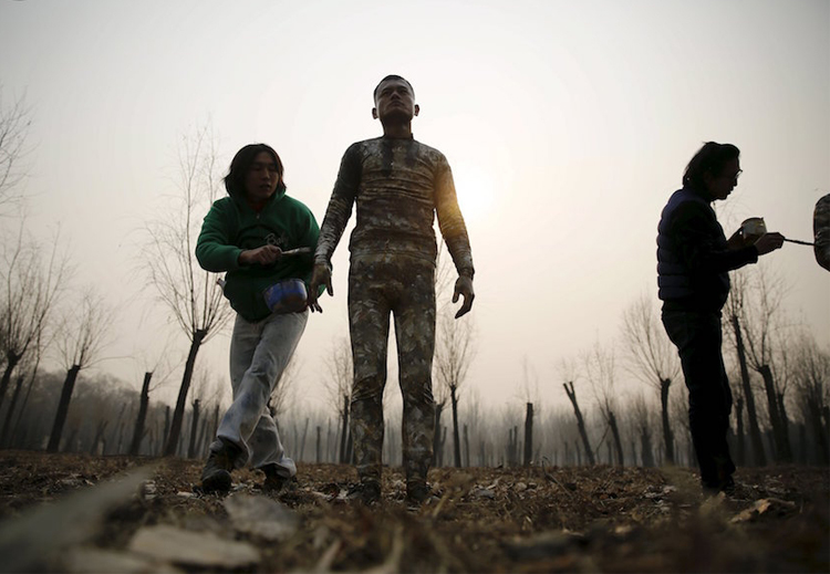 10_artist made people disappear China smog.
