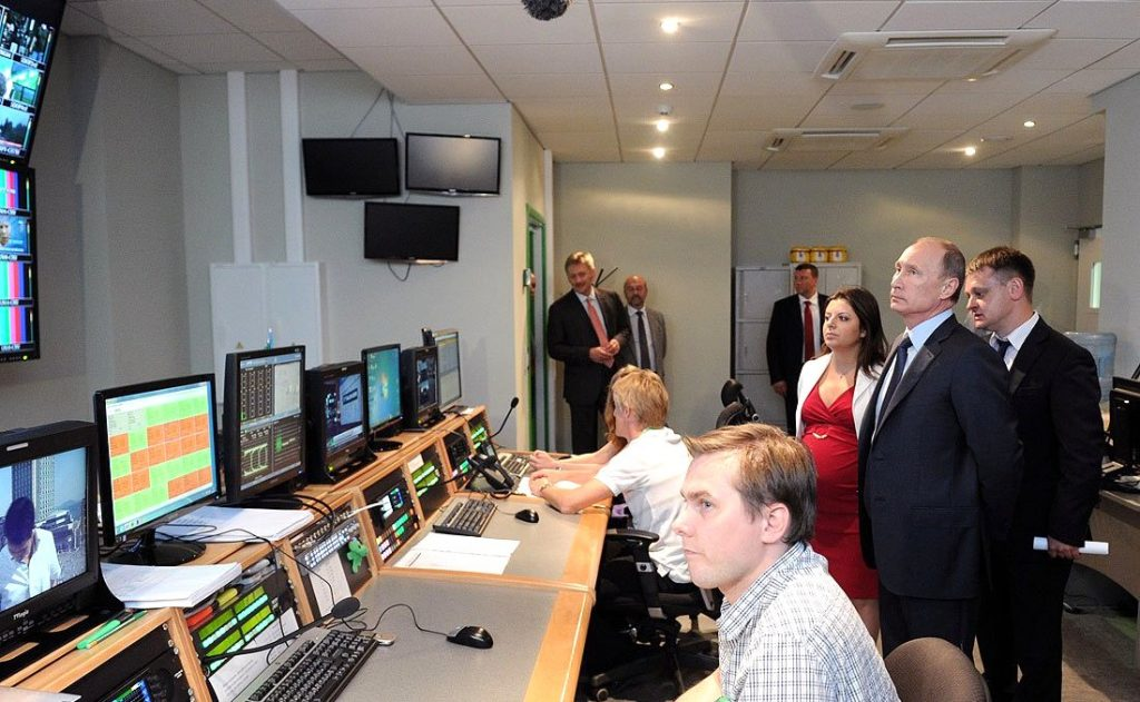 Vladimir Putin visits the RT broadcasting centre 2013 (Kremlin.ru)